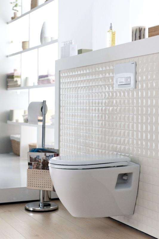 Piekarams tualetes pods ar vāku interjerā