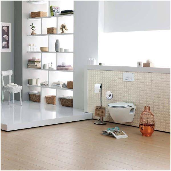 Piekarams tualetes pods ar vāku, telpas interjerā