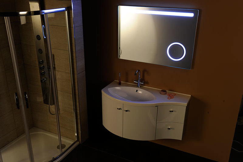 Spogulis ar iebūvētu kosmētisko spoguli un LED apgaismojumu